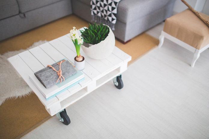 Маленький белый кофейный столик в светлом интерьере