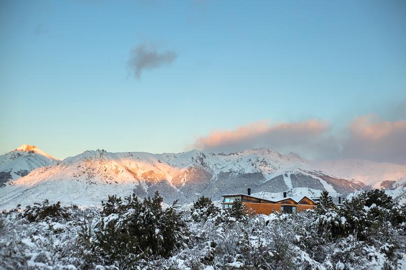 Красивый горный дом окруженный великолепными озерами Аргентины