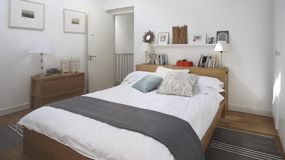 Полка за кроватью и полка над кроватью