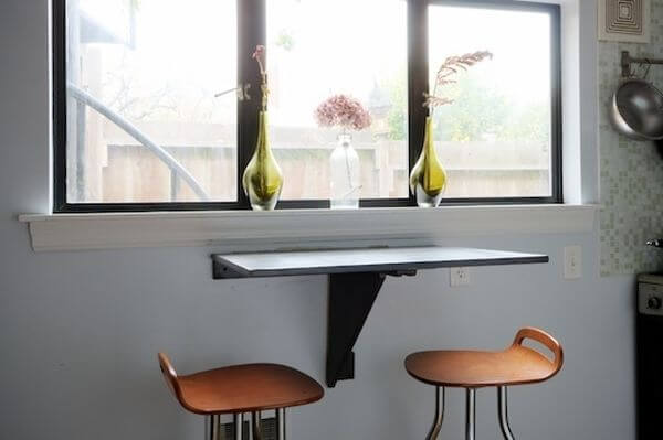 Столик у окна для маленькой кухни