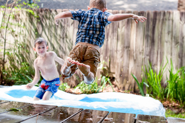 Дти играют и прыгают на батуте
