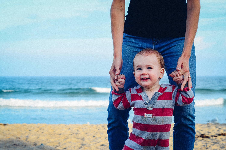 Мать и ребенок на пляже
