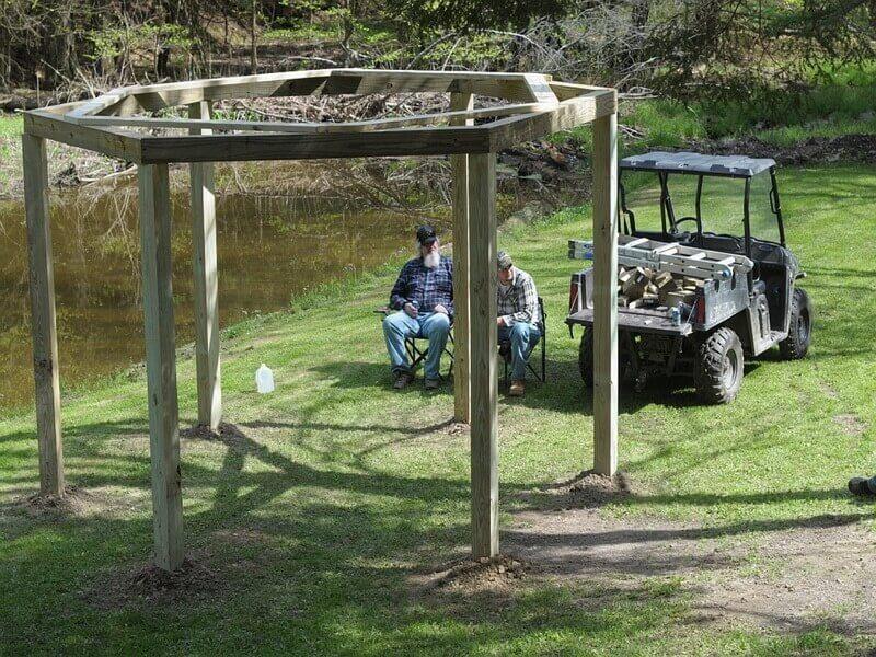 Необычная беседка с качелями и костром или как создать уникальное местодля отдыха у себя во дворе