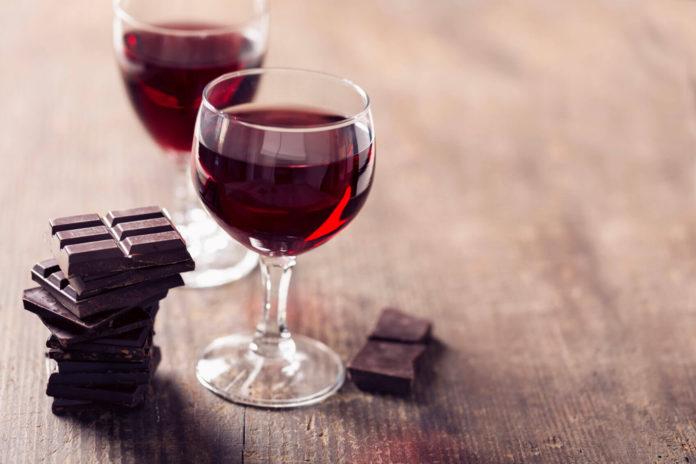 Хочешь похудеть? Ученые советуют есть шоколад и красное вино