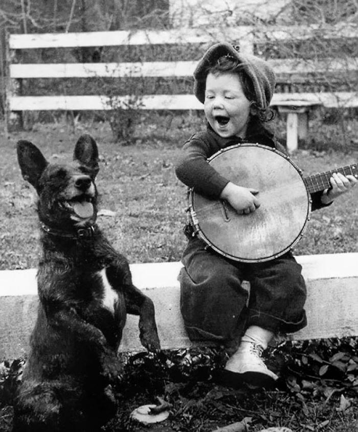 Девочка музицирует со своим другом