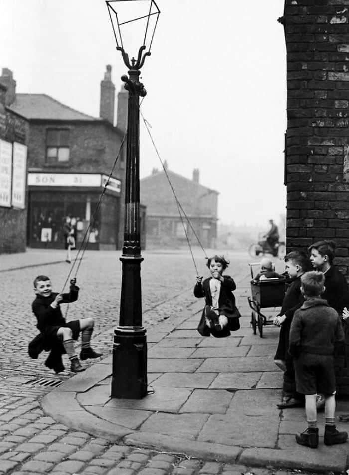 Дети качаются на качелях