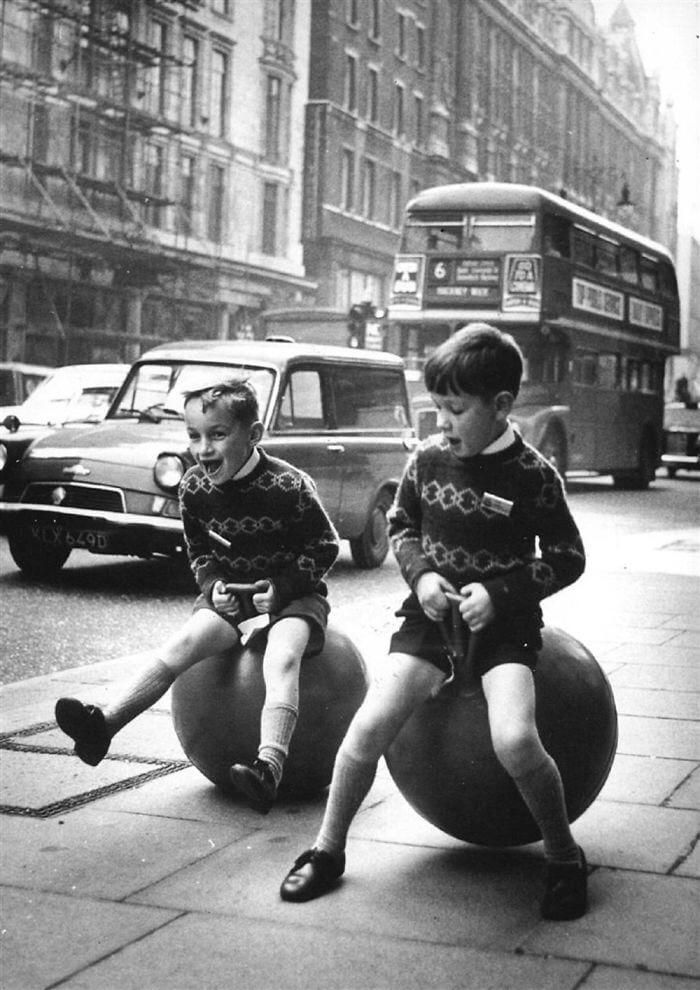 Играющие дети, Лондон
