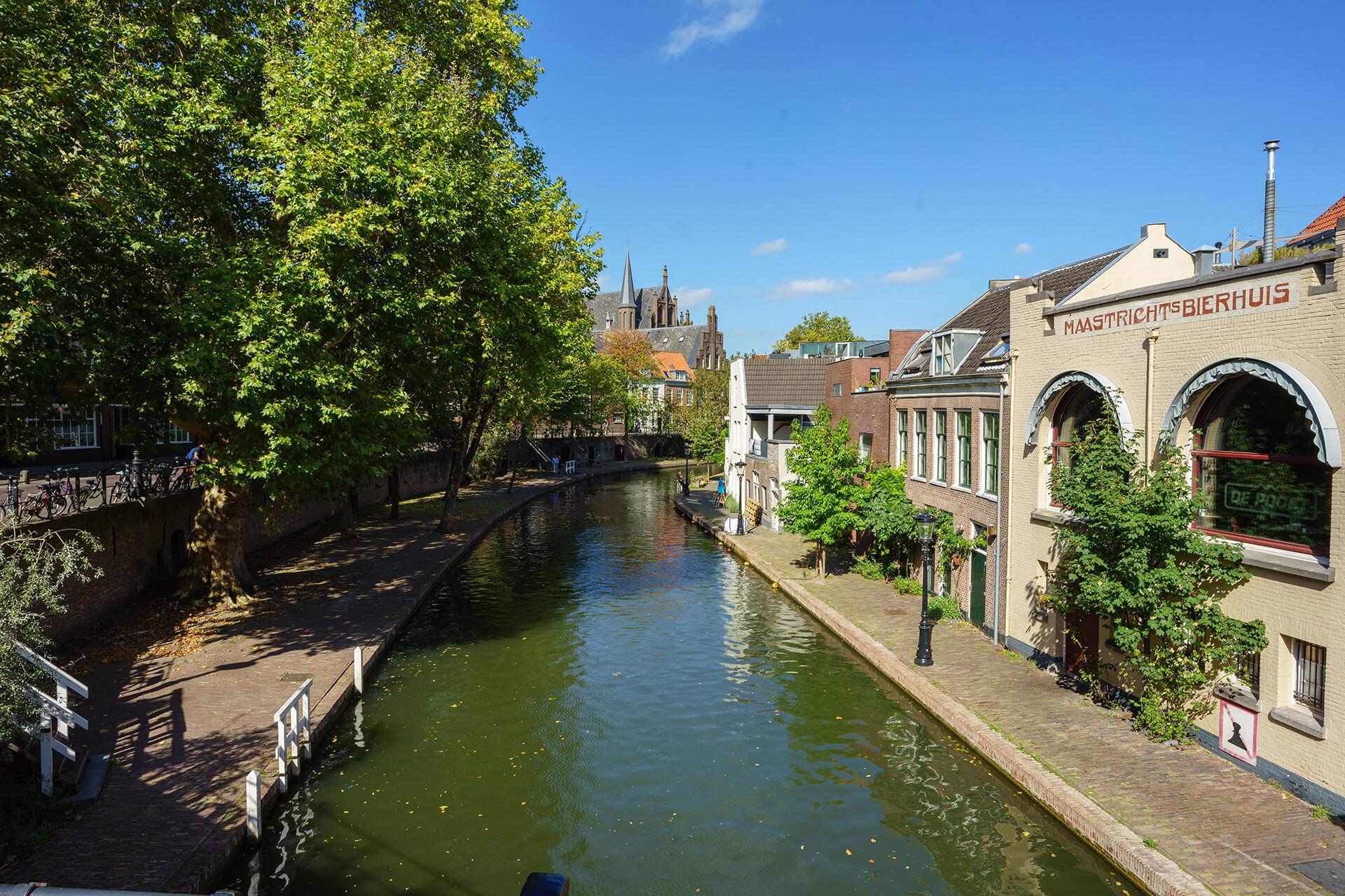 Площадь Старого канала 12 века (Аудеграхт)